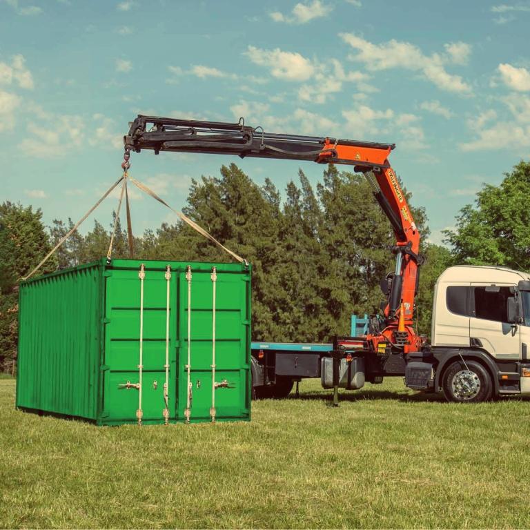 Grua cargando container de 20 pies