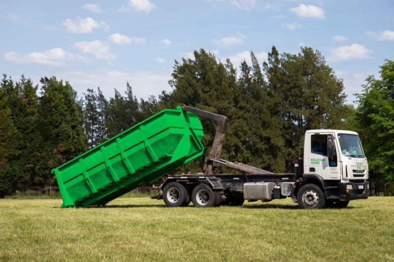 Camión descargando caja Roll Off