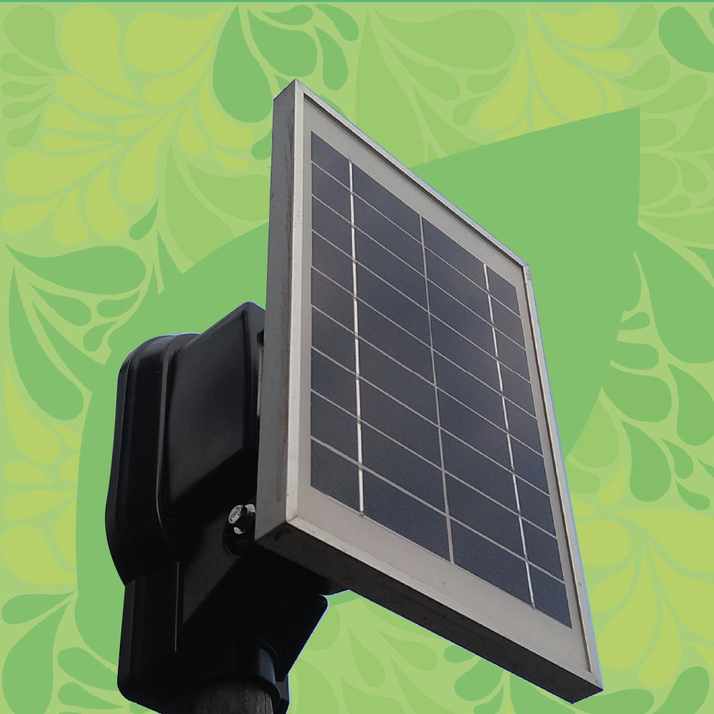 Foto de una lámpara de exterior con un pequeño panel solar.