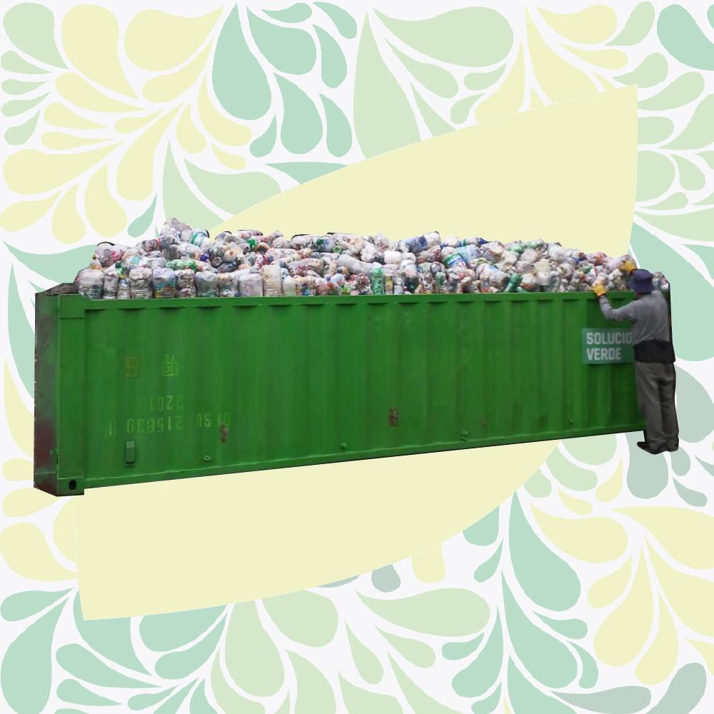 Foto de una caja Roll Off llena de Eco Botellas