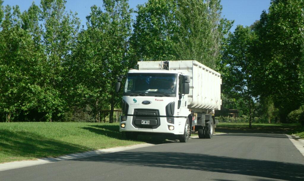 servicio de transporte de restos de poda en caja roll off en un barrio cerrado o country