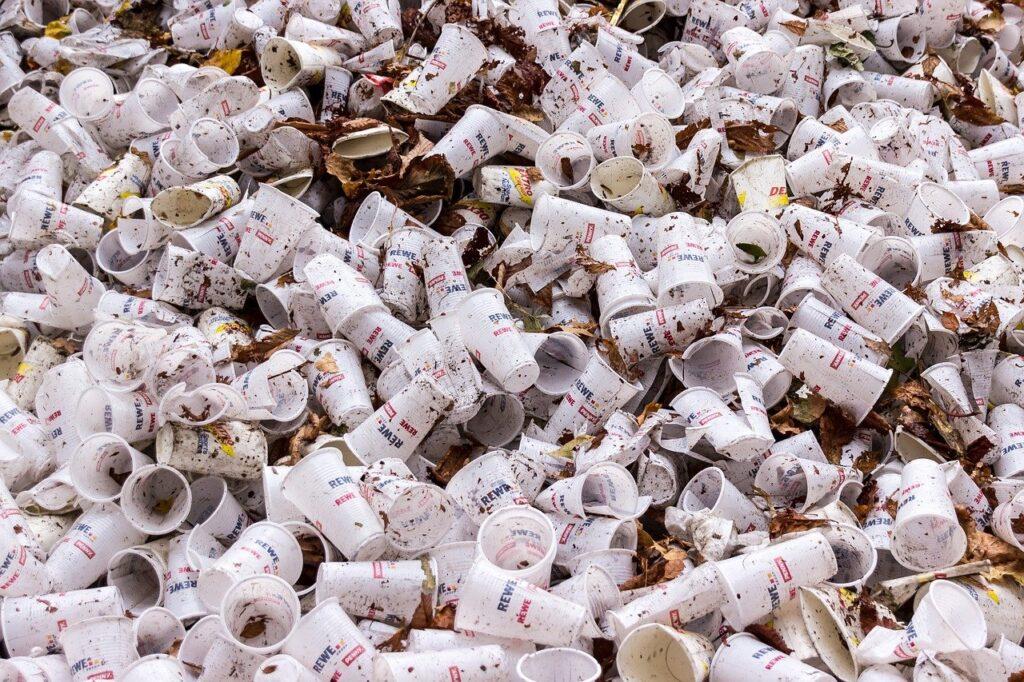 Foto de muchos vasos plásticos acumulados como basura. Esta contaminación se produce al no reciclar plástico.