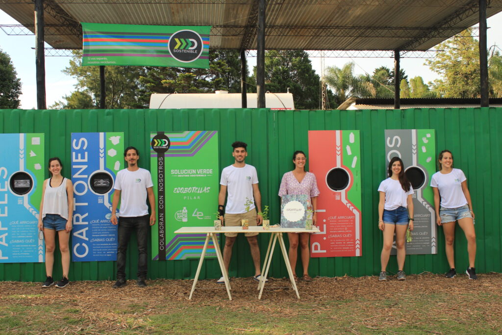 Instalaciones de Destino Sostenible, con el equipo frente a la pared container donde se dejan los reciclables.