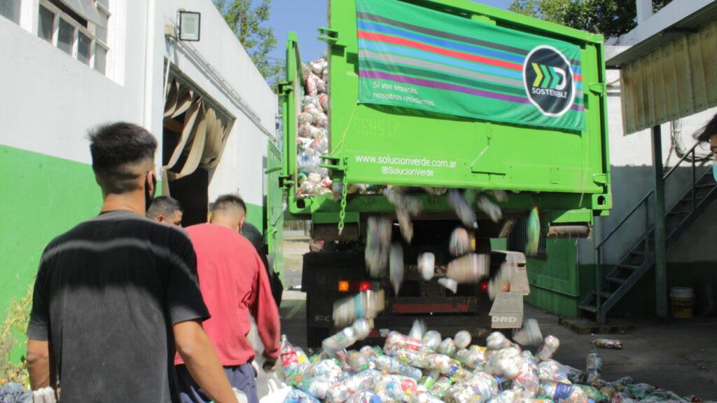 Camión de Solucion Verde descargando Ecobotellas en la fábrica de madera plástica.