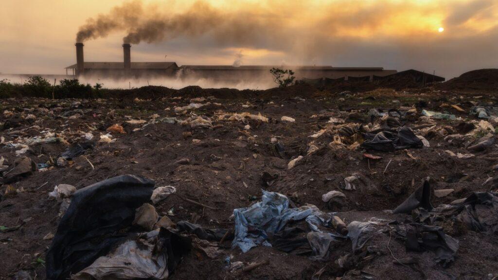 Foto de una fábrica en un terreno contaminado