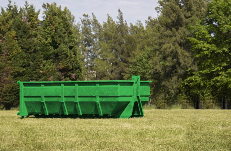 Caja roll off ubicada en el lugar designado para traslado de poda