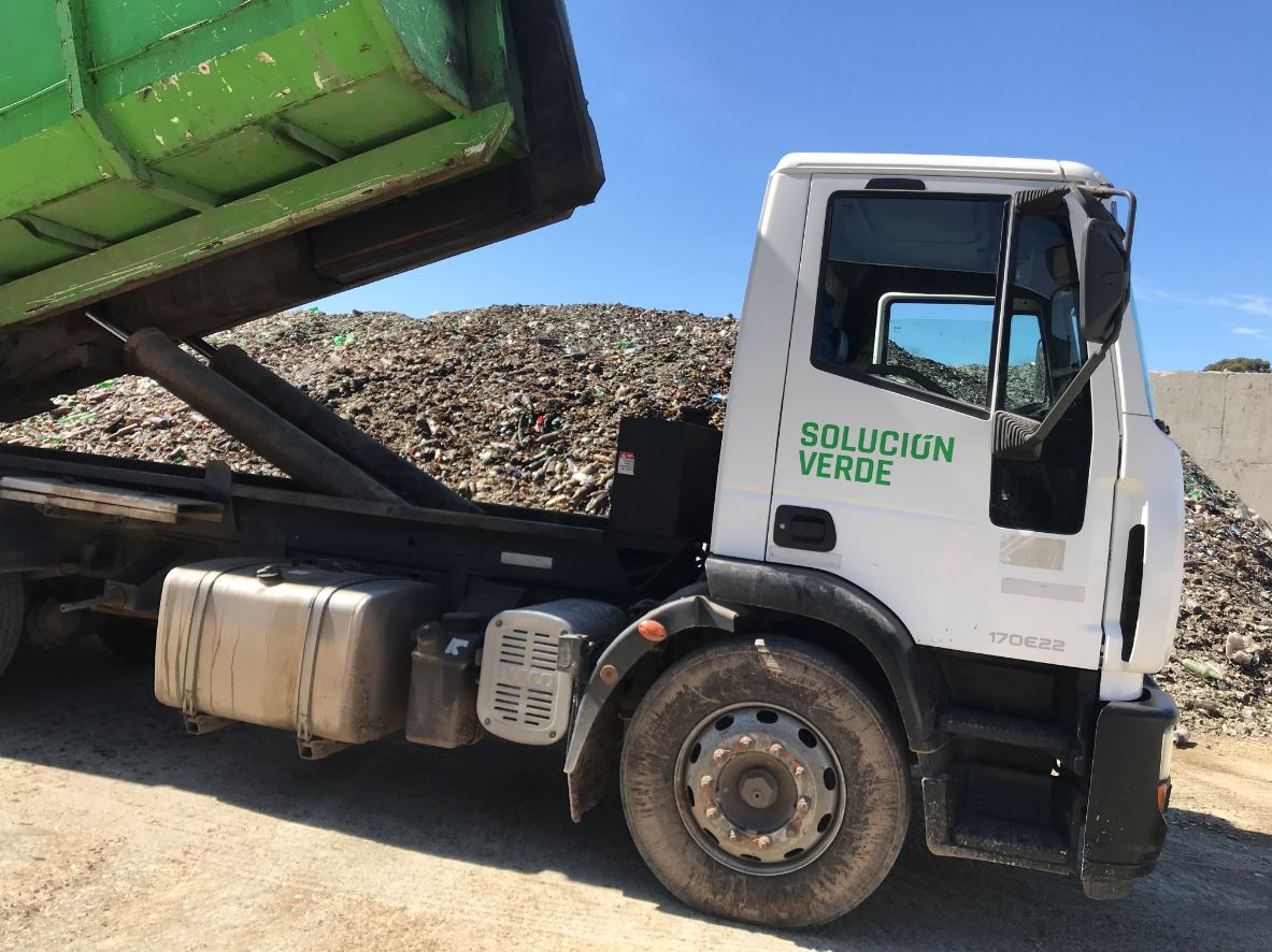 Camión Descargando Residuos Industriales No Especiales